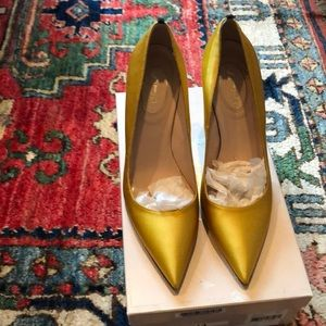 SJP gold pump size 39 fits like an 8.5